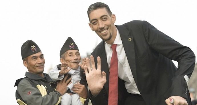 World's Tallest Man Meets World's Shortest Man On Guinness World Records Day