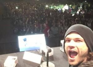 Jared Padalecki takes selfie at Comic Con 2015
