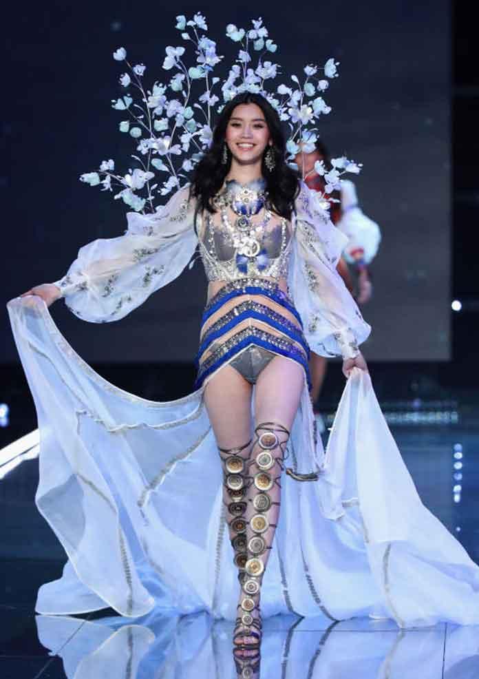 314240b38bb1 Chinese Model Ming Xi Falls At Victoria s Secret Fashion Show ...