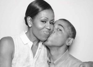 Michelle Obama kissed by husband Barack Obama (Photo: Instagram)