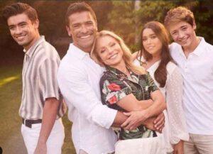Lola Consuelos Approves Of Family Photo (Photo: Kelly Ripa/Instagram)
