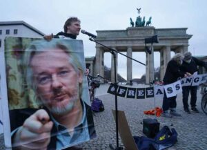 BERLIN, GERMANY - APRIL 01: Protesters demand freedom for WikiLeaks founder Julian Assange at the Brandenburg Gate on April 01, 2021 in Berlin, Germany. Assange is currently in prison in the United Kingdom. The United States is seeking his extradition. (Photo by Sean Gallup/Getty Images)